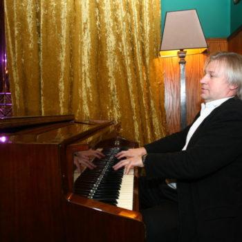 маэстро за роялем