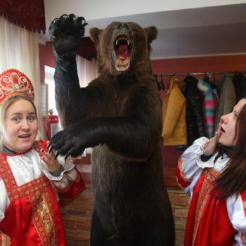 настоящим русским женщинам медведь не помеха